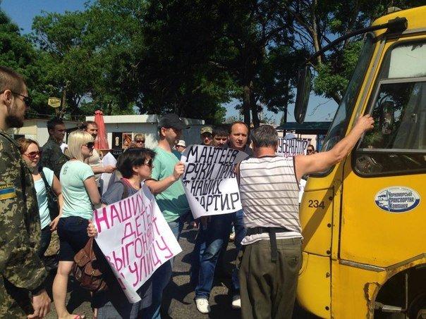 Под Одессой перекрыли дорогу: протестуют люди, которых выселяют из домов (ФОТО) (фото) - фото 3