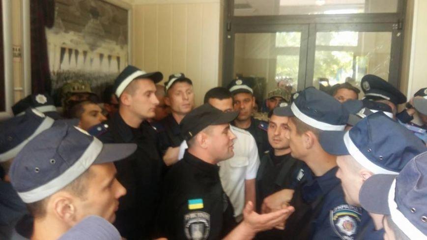 В Одессе активисты пытаются запихнуть прокурора в мусорный бак (ФОТО) (фото) - фото 1