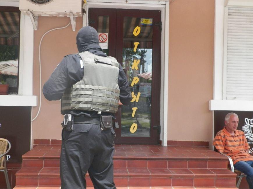 В Николаеве спецназ оцепил кафе в центре города: проводят задержание (ФОТО) (фото) - фото 1