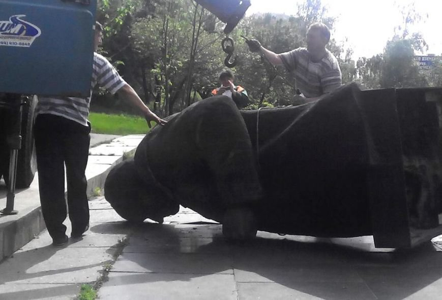 В Киеве неизвестные снесли три коммунистических памятника (ФОТО) (фото) - фото 1