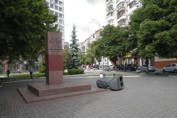 В Киеве неизвестные снесли три коммунистических памятника (ФОТО) (фото) - фото 2