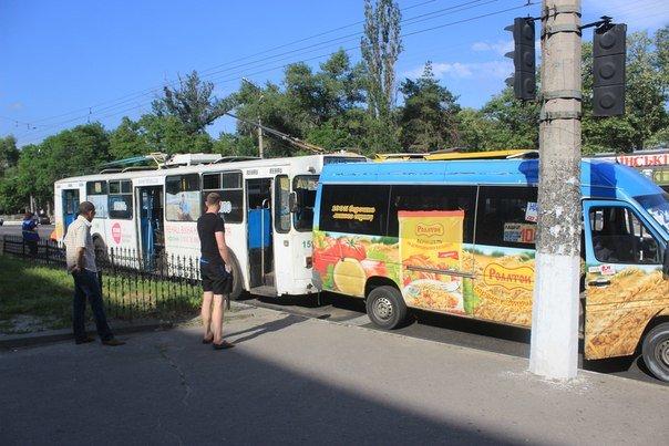 ДТП в Кременчуге: троллейбус «поцеловал» маршрутку в зад (ФОТО) (фото) - фото 1
