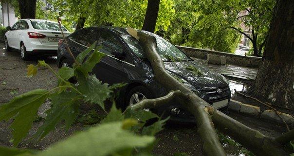 Один день шторма в Крыму: Побитые машины, мусорные реки, выключенные светофоры и смерч (ФОТО, ВИДЕО) (фото) - фото 1