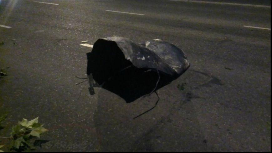 В Одессе от взрыва машины крыша багажника повисла на троллейбусных проводах (ФОТО) (фото) - фото 1