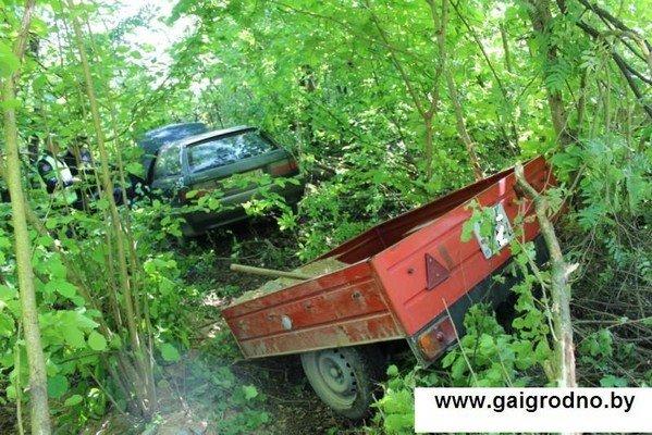 Возле Коробчиц дачник обнаружил в кювете автомобиль с бездыханным телом и работавшим двигателем (фото) - фото 1