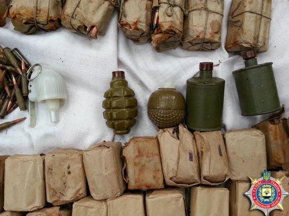 В пос. Мироновский (Артемовский район) найден тайник с оружием и боеприпасами (фото) - фото 1