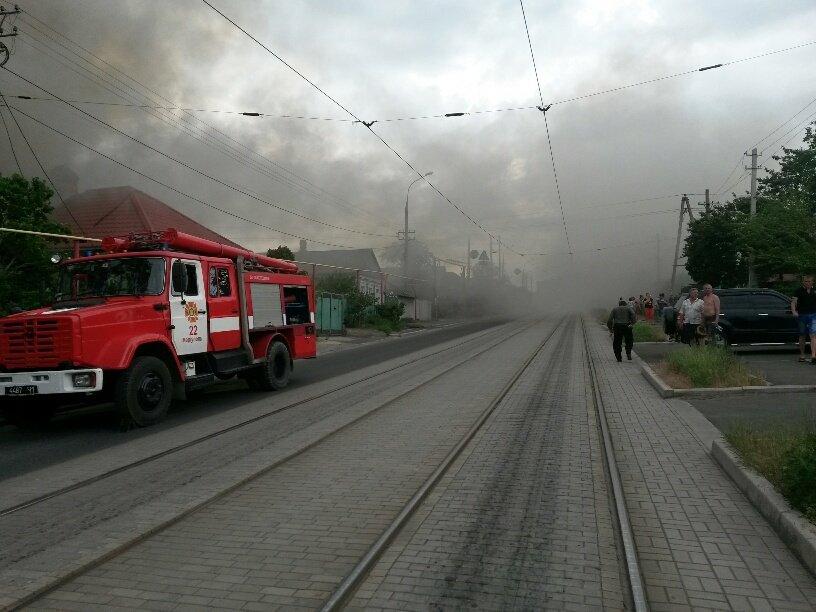 В Мариуполе горит частный дом. Небо над Новоселовкой затянуто дымом (ФОТО) (фото) - фото 1