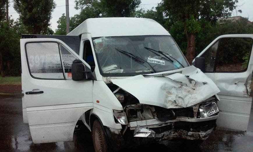 В Кривом Роге маршрутка с пассажирами  улетела с дороги. Водитель погиб на месте (ФОТО) (фото) - фото 1