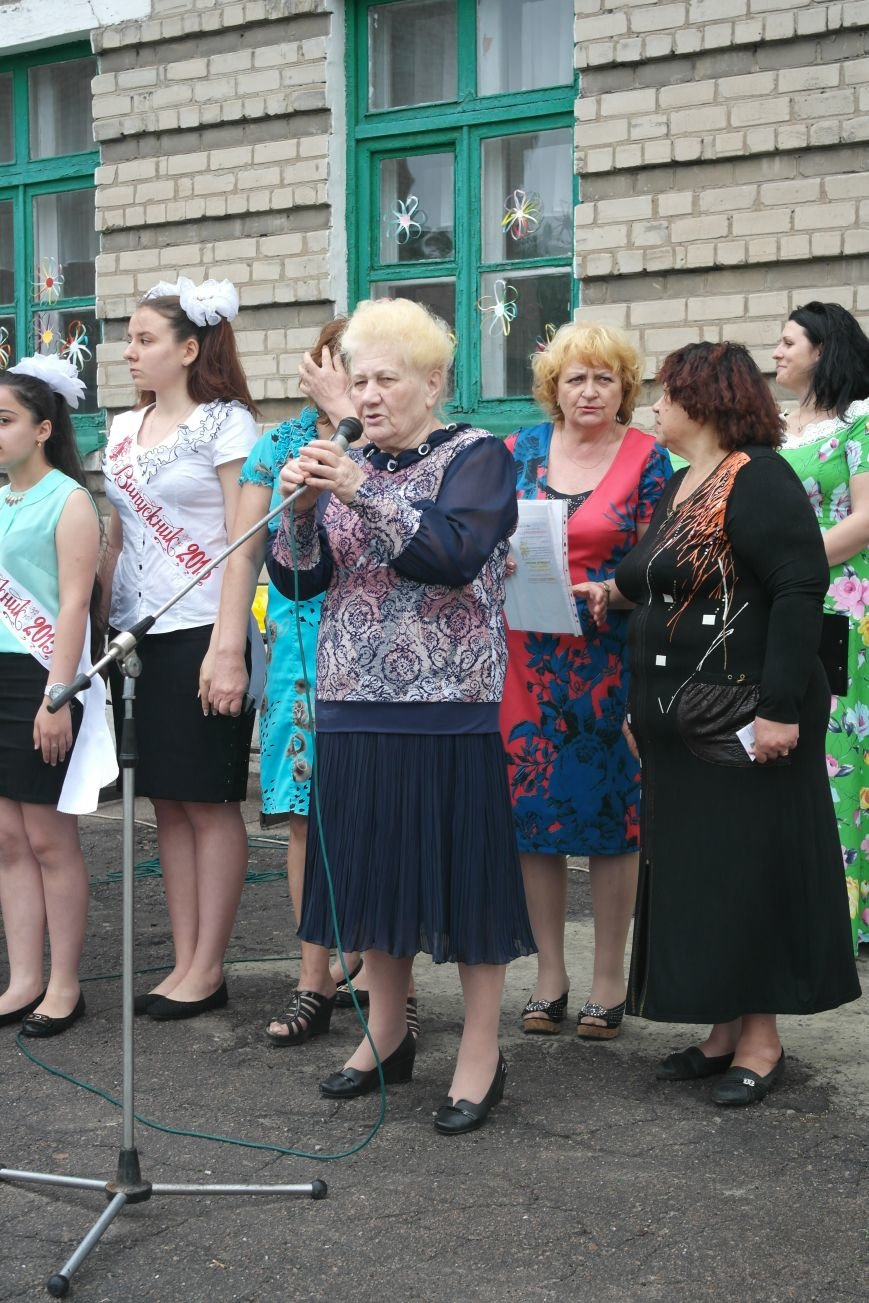 Для школьников Красноармейска и Димитрова прозвенел последний звонок (фото) - фото 3