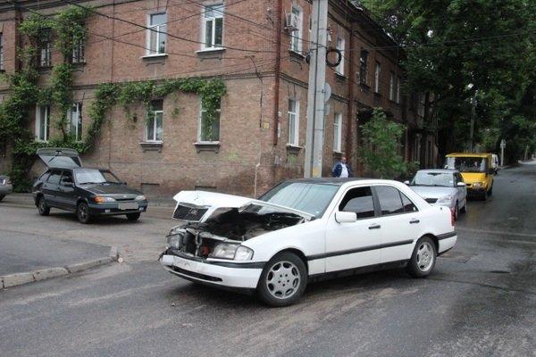 Вчера в Кировограде столкнулись две иномарки (фото) - фото 2