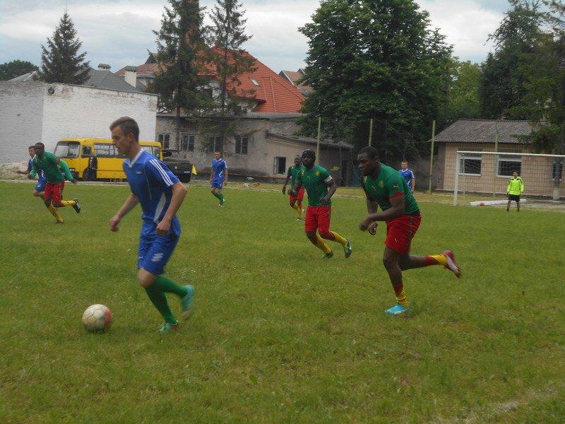 В Івано-Франківську майбутні правоохоронці та студенти з Камеруну зіграли у футбол (ФОТО) (фото) - фото 1