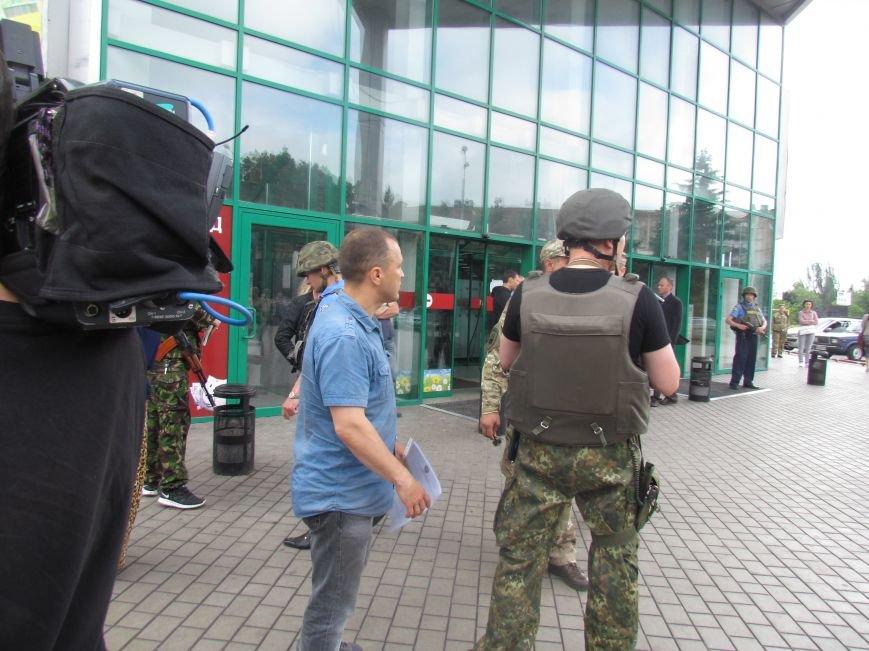 Мариупольский ТЦ «Обжора» оцеплен людьми с оружием (ОБНОВЛЕНО,ФОТО), фото-6