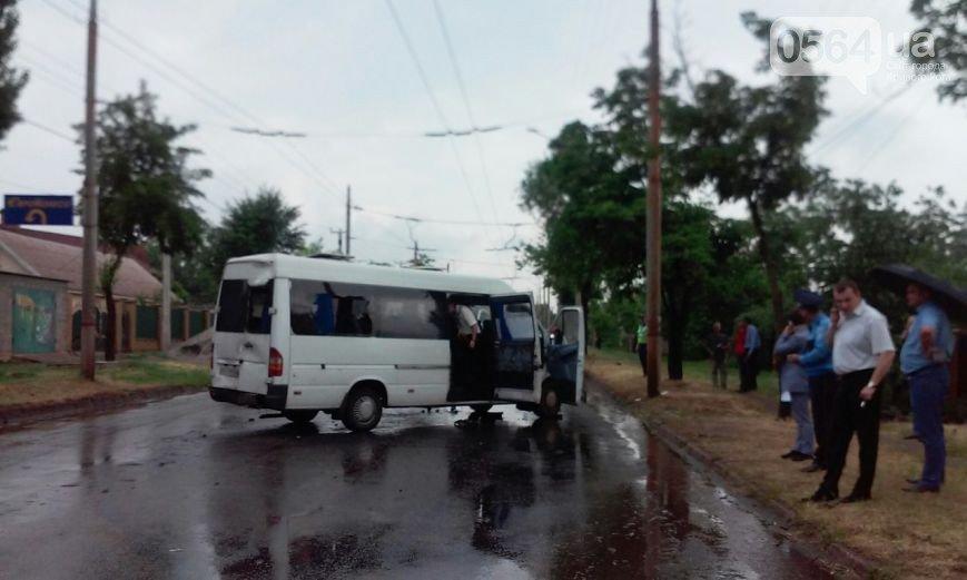 ДТП на Днепропетровщине: водитель маршрутки погиб, 7 пассажиров травмированы (фото) - фото 2