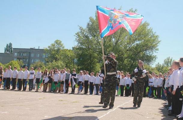 Последний звонок в «ДНР»: пионеры, кокошники и новые табеля (фото) - фото 1