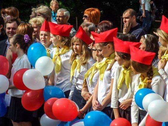 Последний звонок в «ДНР»: пионеры, кокошники и новые табеля (фото) - фото 2