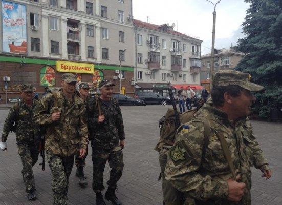 Бойцы ВСУ идут в Мариуполь пешком (ФОТО) (фото) - фото 1