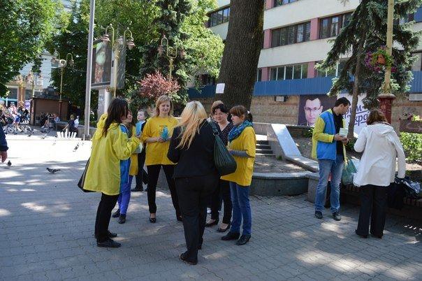 В Івано-Франківську відбулася бартерна акція «Ви нам цигарку - ми вам цукерку» (ФОТО) (фото) - фото 3