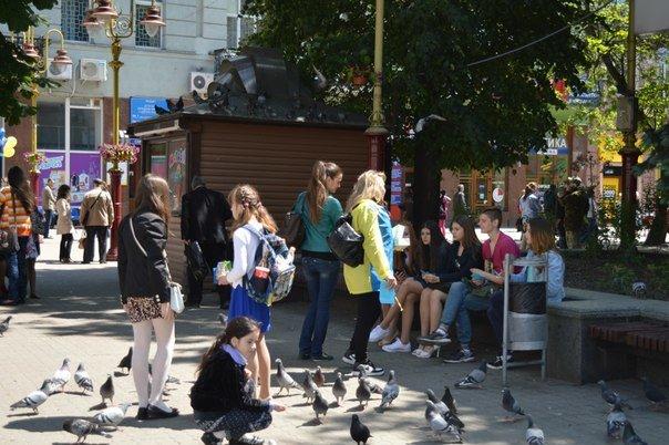 В Івано-Франківську відбулася бартерна акція «Ви нам цигарку - ми вам цукерку» (ФОТО) (фото) - фото 4