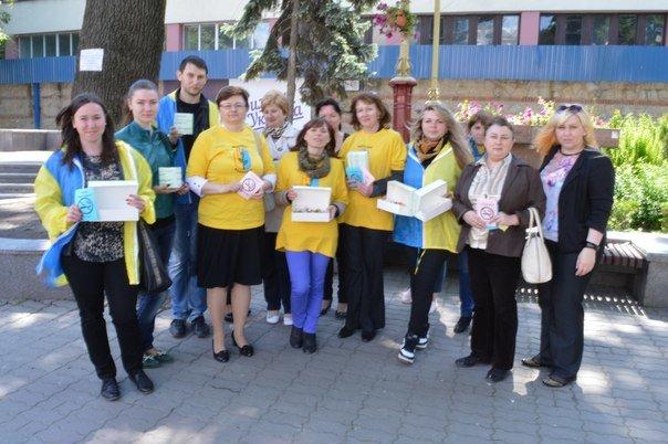 В Івано-Франківську відбулася бартерна акція «Ви нам цигарку - ми вам цукерку» (ФОТО) (фото) - фото 1