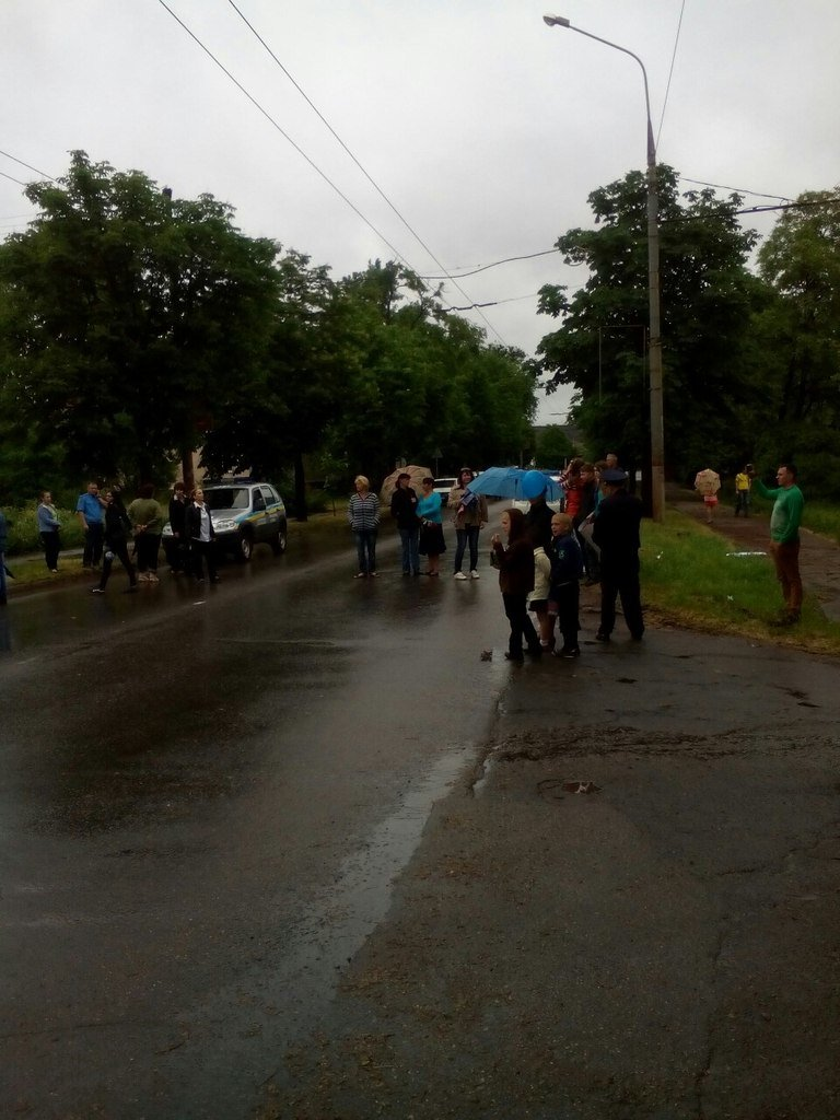 Последний звонок в 54 школе закончился акцией протеста и перекрытием дороги (ФОТО) (фото) - фото 1