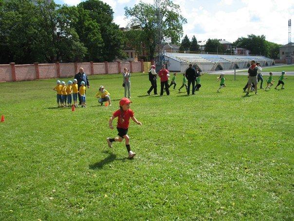 Спортивні змагання для малечі до Дня захисту дітей (фото) - фото 8