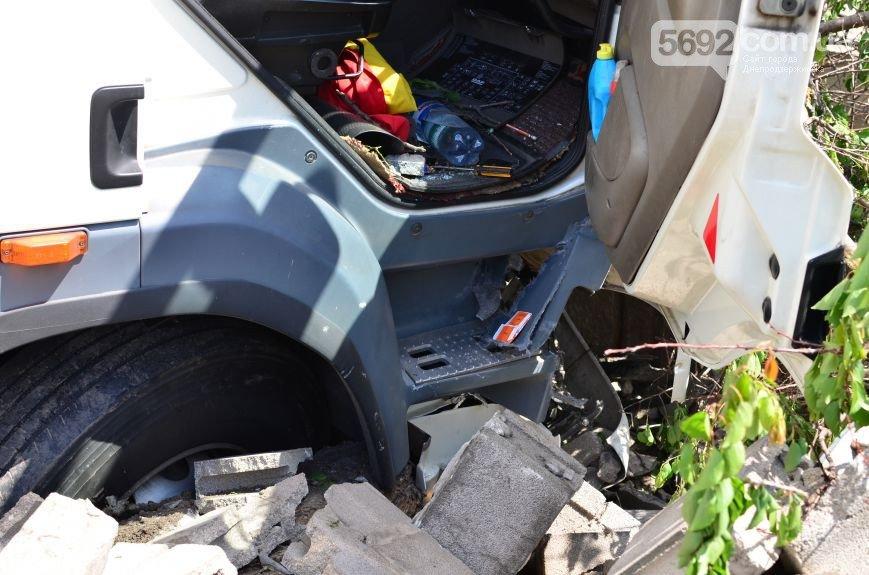 В Елизаветовке произошло ДТП – фура-рефрижератор врезалась в дом (фото) - фото 7