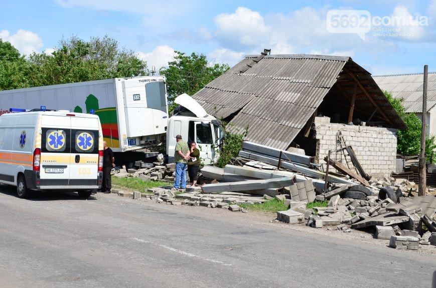 В Елизаветовке произошло ДТП – фура-рефрижератор врезалась в дом (фото) - фото 1