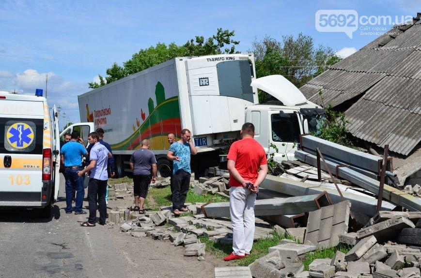 В Елизаветовке произошло ДТП – фура-рефрижератор врезалась в дом (фото) - фото 2