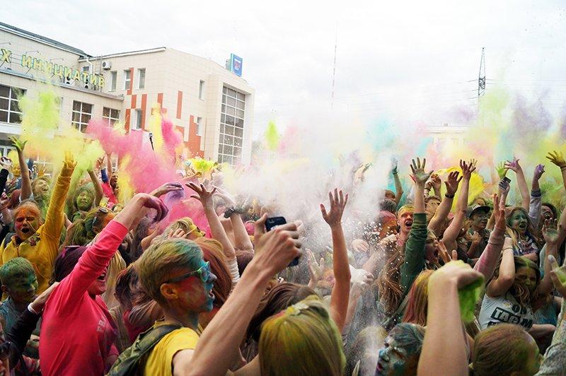 Белгородцы обкидали друг друга красками Холи (фото) - фото 1