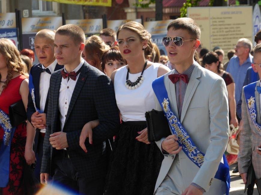 У центрі Тернополя пройшло наймасовіше свято – парад випускників (ФОТО) (фото) - фото 8