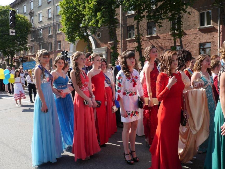 У центрі Тернополя пройшло наймасовіше свято – парад випускників (ФОТО) (фото) - фото 9