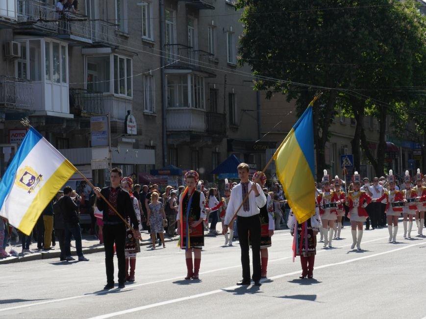 У центрі Тернополя пройшло наймасовіше свято – парад випускників (ФОТО) (фото) - фото 3