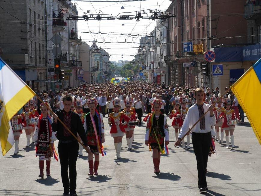 У центрі Тернополя пройшло наймасовіше свято – парад випускників (ФОТО) (фото) - фото 10