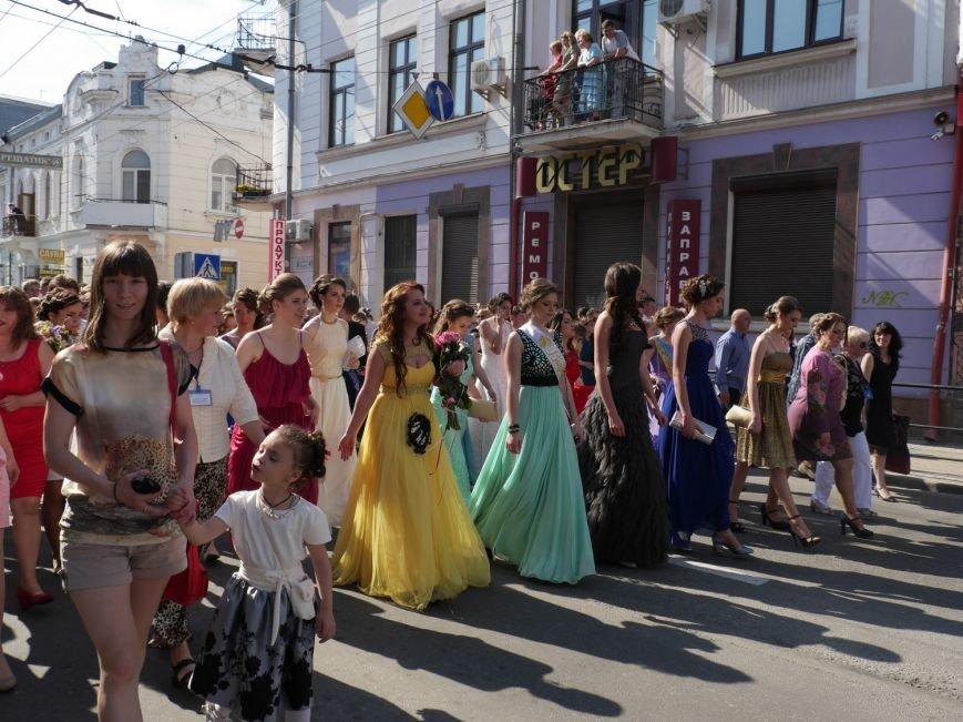 У центрі Тернополя пройшло наймасовіше свято – парад випускників (ФОТО) (фото) - фото 2