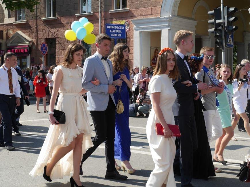 У центрі Тернополя пройшло наймасовіше свято – парад випускників (ФОТО) (фото) - фото 6