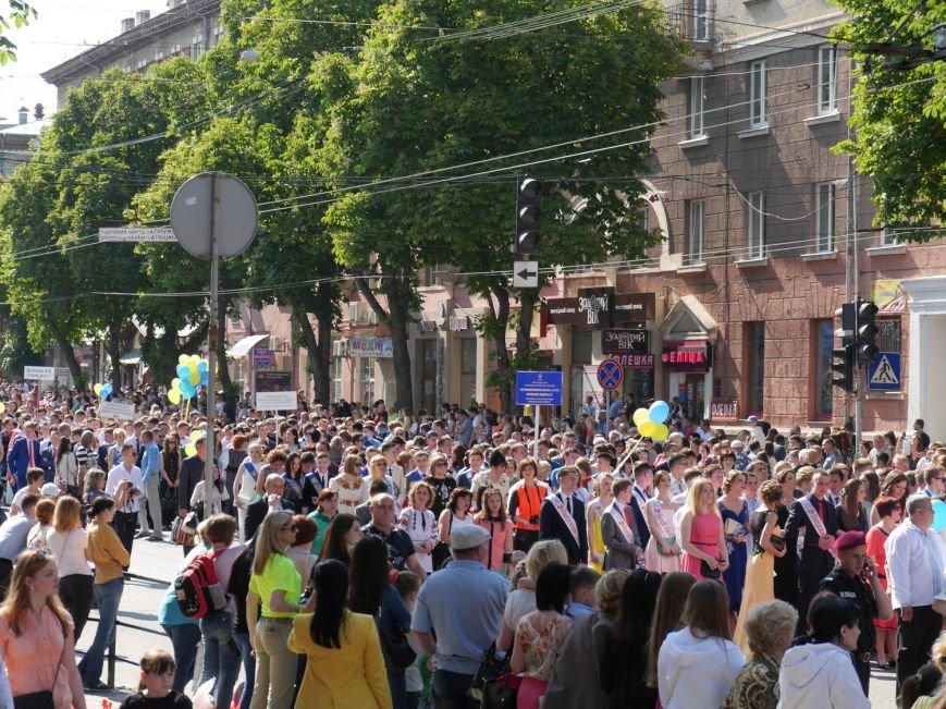 У центрі Тернополя пройшло наймасовіше свято – парад випускників (ФОТО) (фото) - фото 5
