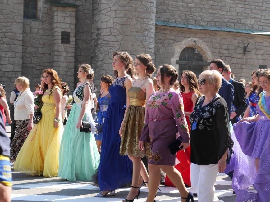 У центрі Тернополя пройшло наймасовіше свято – парад випускників (ФОТО) (фото) - фото 1