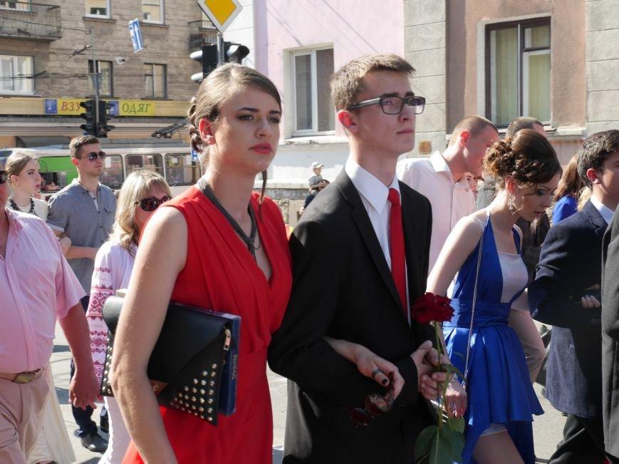 У центрі Тернополя пройшло наймасовіше свято – парад випускників (ФОТО) (фото) - фото 7
