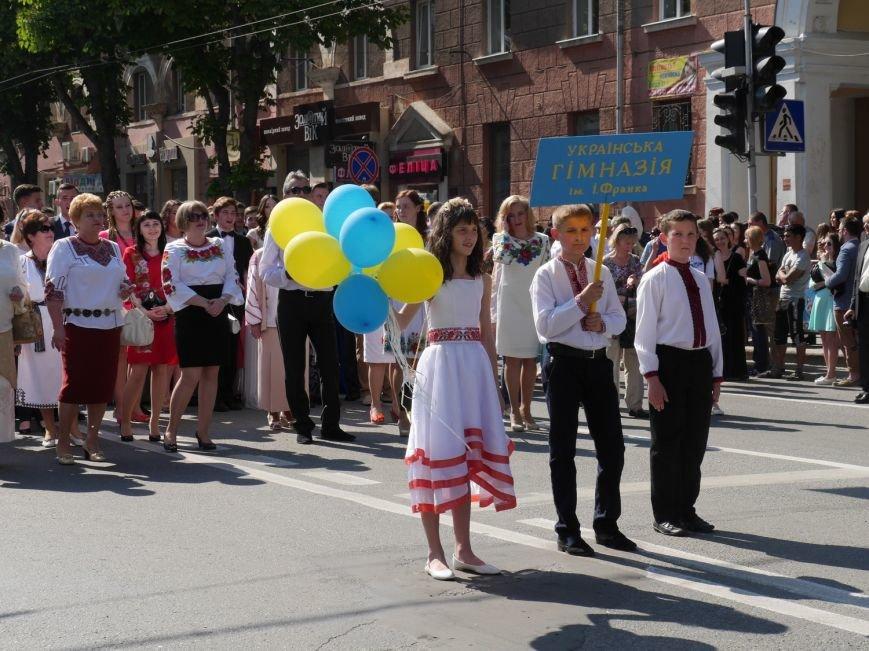У центрі Тернополя пройшло наймасовіше свято – парад випускників (ФОТО) (фото) - фото 13