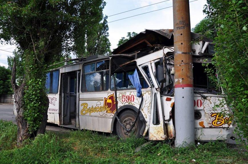 В Кривом Роге у троллейбуса на ходу отказало рулевое управление и он влетел в электроопору (ФОТО) (фото) - фото 1