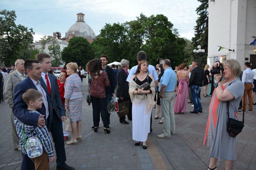 В Мариуполе выпускники поражали нарядами и лимузинами (ФОТО), фото-26