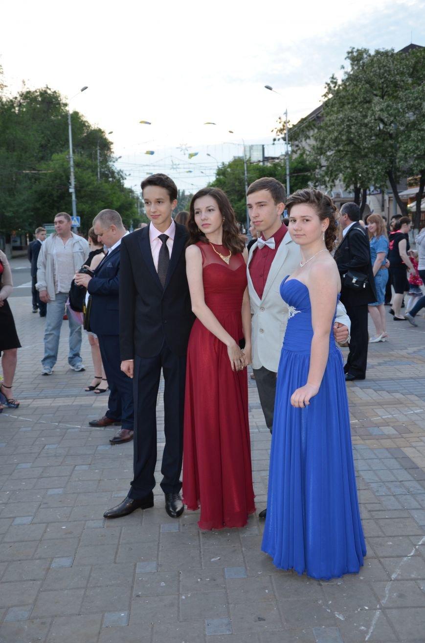 В Мариуполе выпускники поражали нарядами и лимузинами (ФОТО), фото-11