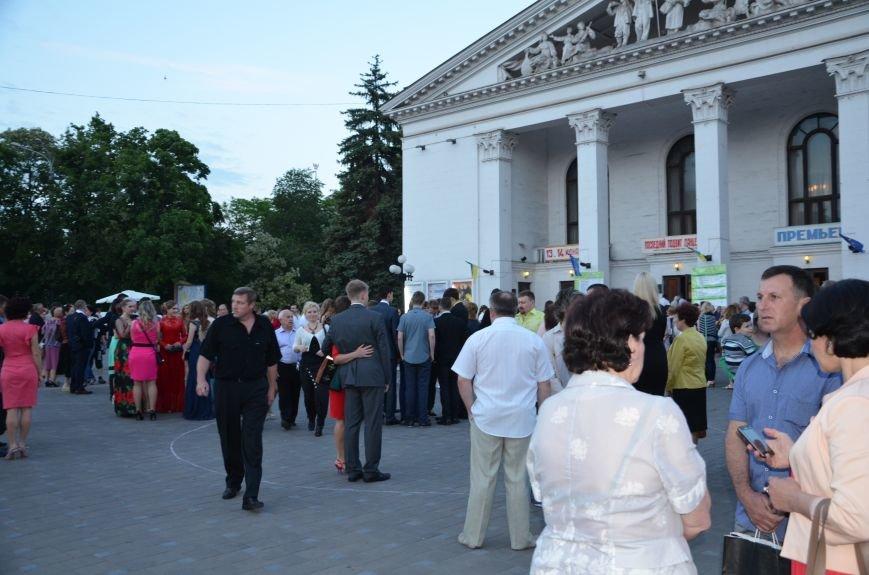 В Мариуполе выпускники поражали нарядами и лимузинами (ФОТО), фото-38