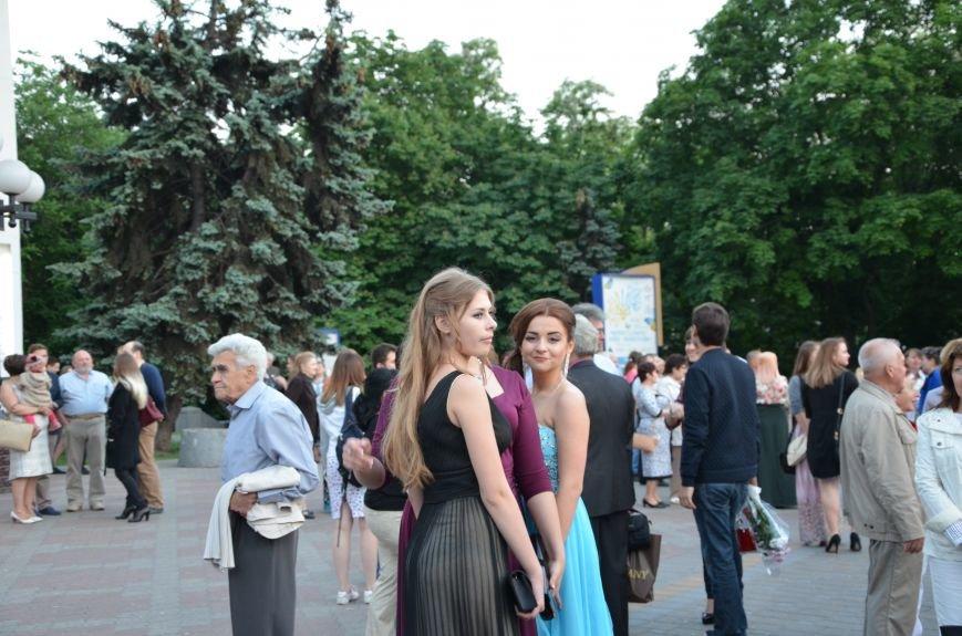 В Мариуполе выпускники поражали нарядами и лимузинами (ФОТО), фото-8