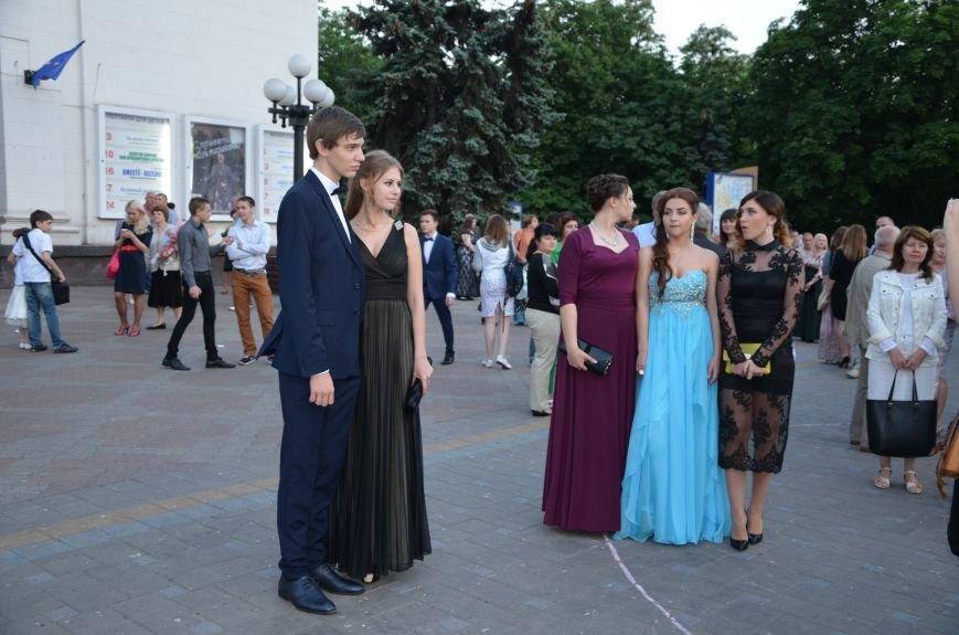 В Мариуполе выпускники поражали нарядами и лимузинами (ФОТО), фото-18