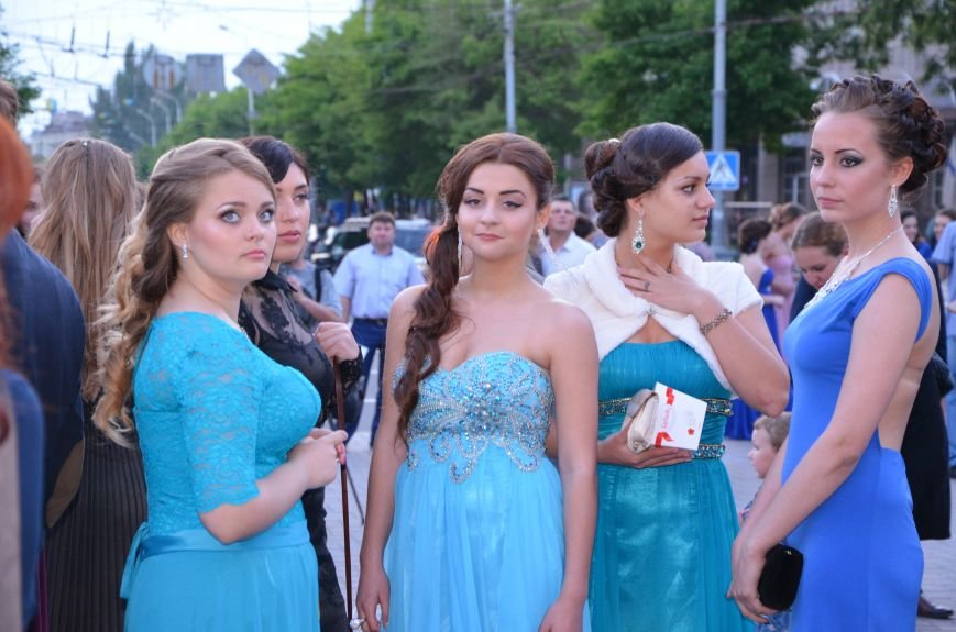 В Мариуполе выпускники поражали нарядами и лимузинами (ФОТО), фото-34
