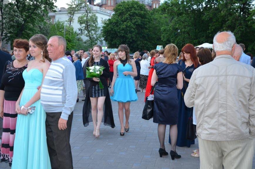 В Мариуполе выпускники поражали нарядами и лимузинами (ФОТО), фото-23