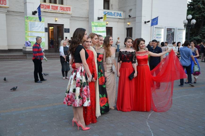 В Мариуполе выпускники поражали нарядами и лимузинами (ФОТО), фото-5