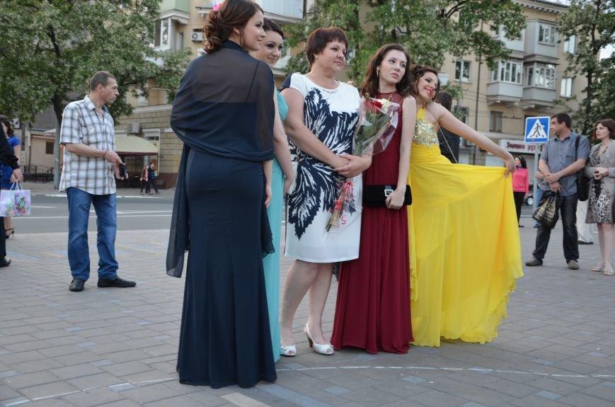 В Мариуполе выпускники поражали нарядами и лимузинами (ФОТО), фото-3