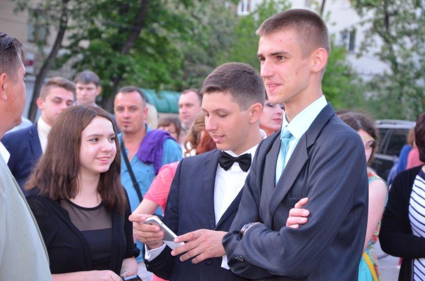 В Мариуполе выпускники поражали нарядами и лимузинами (ФОТО), фото-19
